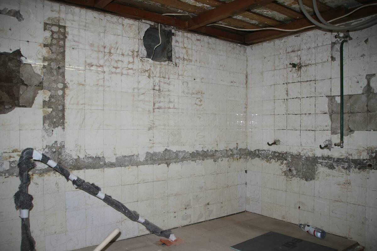 Blick auf Wand beim Tauchbecken