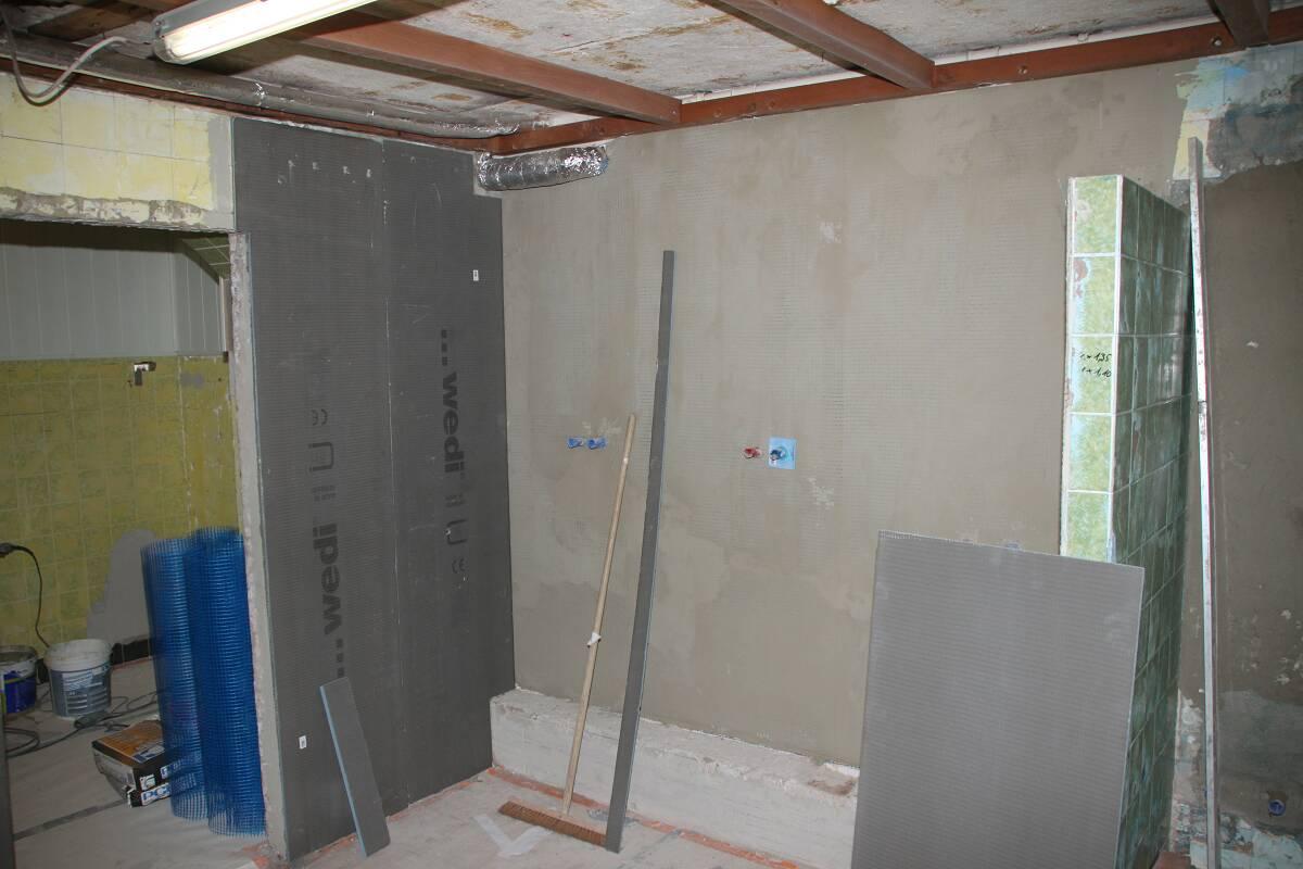 Wand mit den neuen Duschen
